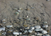 800px-Beach_stones_and_sand